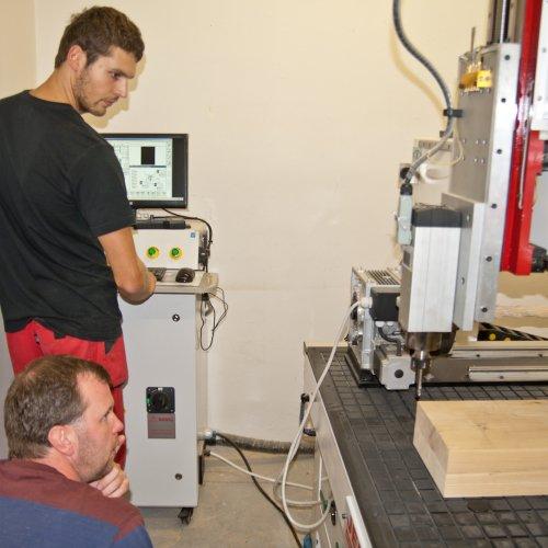 CNC obráběcí stroj. Více informací viz Umělecké a řemeslné > Doplňkové techniky