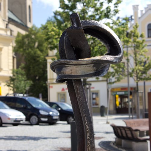 Železniční uzel– návrh akad. soch. Jan Tomešek, realizace studenti ateliéru Kovu, důlní kolejnice, výška 190cm