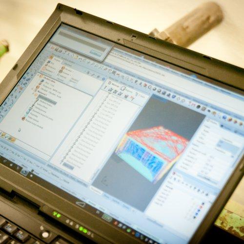 Software dle požadovaného tvaru vytváří rutinu pro CNCstroj