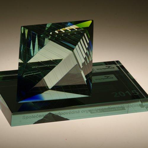 CENA HEJTMANA KRAJE VYSOČINA - David Lhota, lepené a broušené sklo, 20 x 12 x 12 cm, pod vedením MgA. Aleše Jírovce