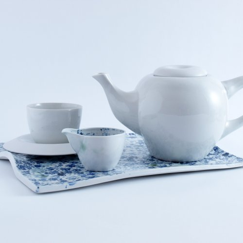 ČAJOVÝ SET – Kateřina Glasová, porcelán, 2,5 l (konvice), 150 ml (mléčenka), 150 ml (šálek), 42 x 27 x 3 cm (podnos), pod vedením akad. soch. Petry Šťastné