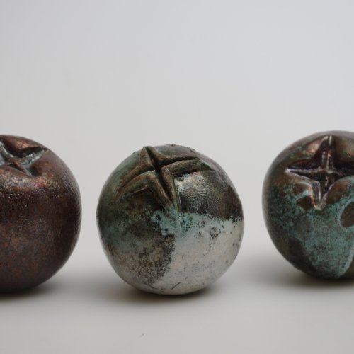 JEŘABINA – Tomáš Černý, keramika raku, 9 x 8 x 8 cm, pod vedením akad. soch. Petry Šťastné