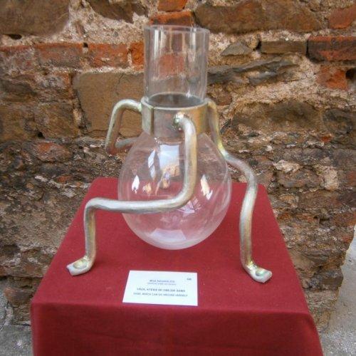 Váza, která se obejde sama – MILOŠ ZAHRADNÍK, sklo, ocel, 35 cm