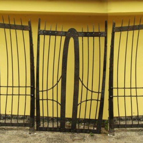 Brána návrh - BOHUMIL HRUBEŠ, realizace JINDŘICH KARKOSZKA, ALEŠ DOLEŽAL, ZDENĚK KOMÍNEK 500 x 256 cm