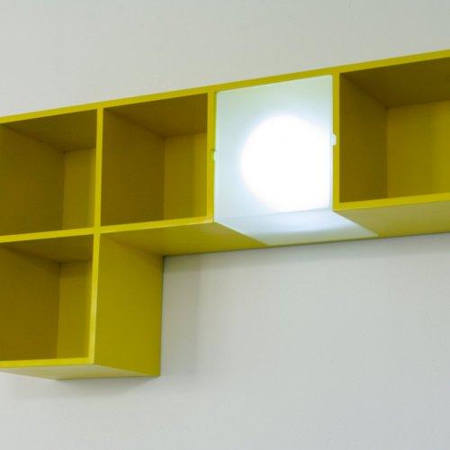 POLICE DO DĚTSKÉHO POKOJE – Kristýna Čípová, dřevo a sklo, 75 x 38 x 20 cm, pod vedením MgA. Martiny Klimošové