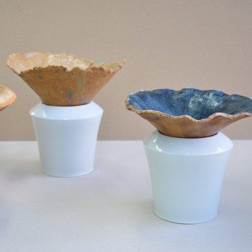 VÁZA NA IKEBANU - Johana Jelínková, porcelán, kamenina, 20 x 23 cm, pod vedením MgA. Aničky Musilové a akad. soch. Petry Šťastné
