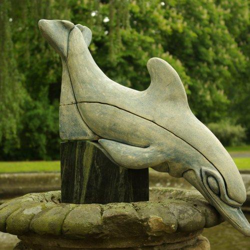 DELFÍN - Lucie Vondrusová, keramika, kámen, 60cm, pod vedením akad. soch. Sylvie Choisnel