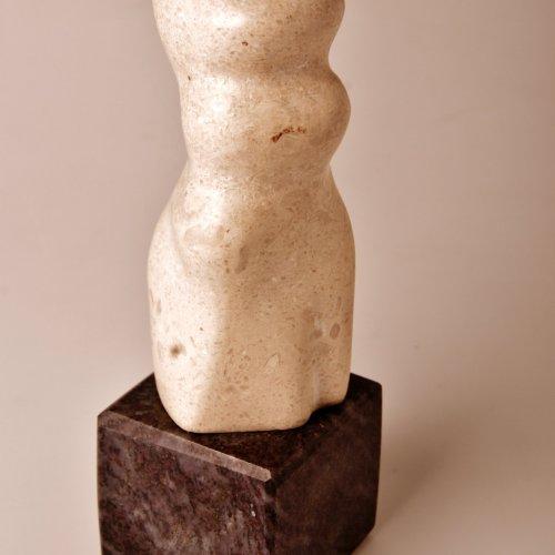 ŽENA - Tereza Trnková, vápenec, 20 cm, pod vedením akad. soch. Sylvie Choisnel a MgA. Marka Škubala