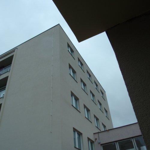 Slib splněn. Pod horním okrajem zdi si pozorný divák povšimne čtyř trojic otvorů– 12bytových jednotek pro rorýse je nachystáno. (podzim2015)
