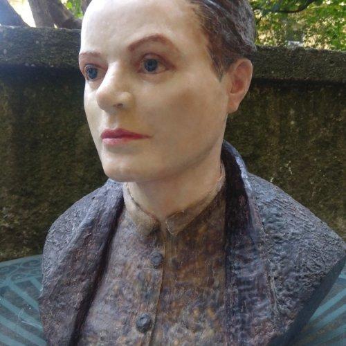 TOJEN - 2020 - akad. soch. Sylvie Choisnel, barevný vosk na sádře, 40 x 45 cm
