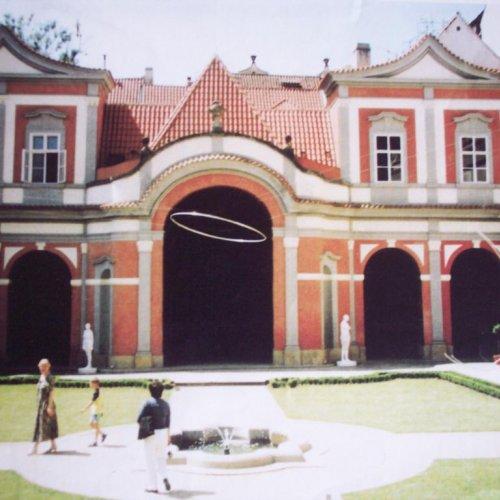 AURA - MgA. Aleš Jírovec, dural, 350 x 275 cm, instalace v Ledeburské zahradě v Praze