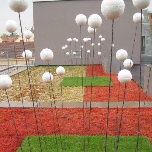 INSTALACE NA STŘEŠNÍ ZAHRADĚ – Ing. Lada Slavíčková, návrh a realizace instalace, červený autosprej, roxory, polystyrenové koule