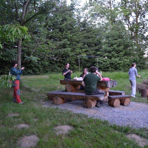 Soumrak nás již zastihl u ohniště nedaleko bylinkové zahrádky, kterou jsme pomáhali vloni zakládat a u které zářily námi vyrobené keramické cedulky.