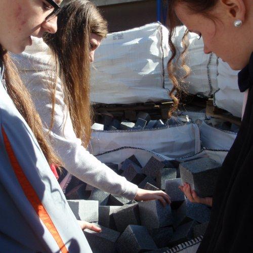 Studentky III.G zkoumají kvalitu kostek z lipnické žuly.
