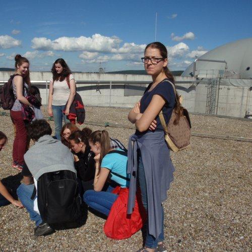 """Již značně unavená skupina na střeše jednoho z bloků bioplynky. Mnohé již zdejší povětří """"srazilo do kolen""""."""