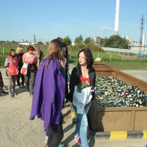 Studenti I.E a I.G u kontejnerů, do kterých se ve sběrném dvoře ukládají jednotlivé odpadové frakce.