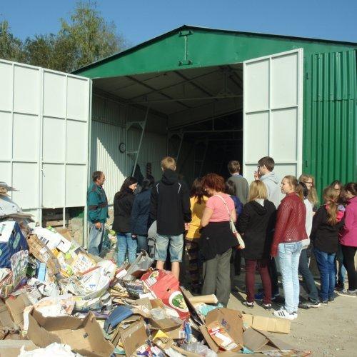 Žáci mohli nahlédnout i do prostoru malé třídící linky, kde pracovníci třídí a lisují do balíků plasty a papír.