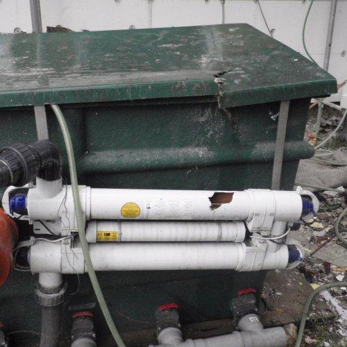 Nezajištěný materiál na lešení během vichřice spadl přímo na čerpací jednotku unašeho jezírka. Byla poškozena UV lampa, která zajišťuje čištění vody, a zároveň bylo poškozeno potrubí.
