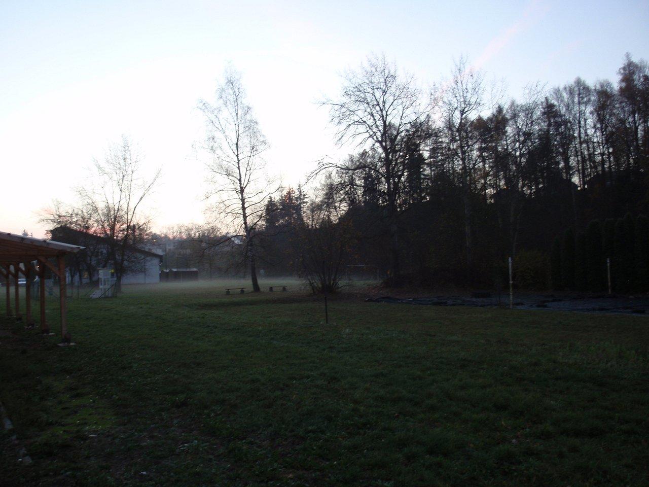 """Ponurá podzimní nálada před východem slunce blízko """"střízlíkovarohu""""."""