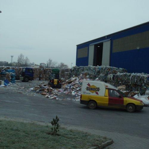 Hala firmy ASMJ spol. s r.o. obklopená balíky papírového a plastového odpadu vyrazila studentům dech.