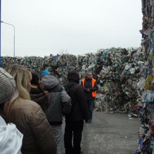Ing. Radek Kourek informuje žáky o další cestě jednotlivých druhů vytříděných plastů