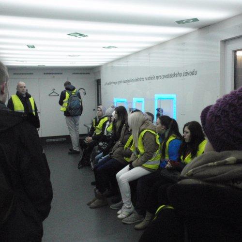 Pan Luboš Švarc v informační místnosti Enviropolu představuje žákům technologii zpracování elektroodpadu.