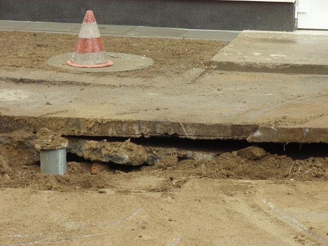 Takto zajímavě vypadá podloží pod asfaltovou vozovkou uDMI. Na velkou díru ve vozovce…