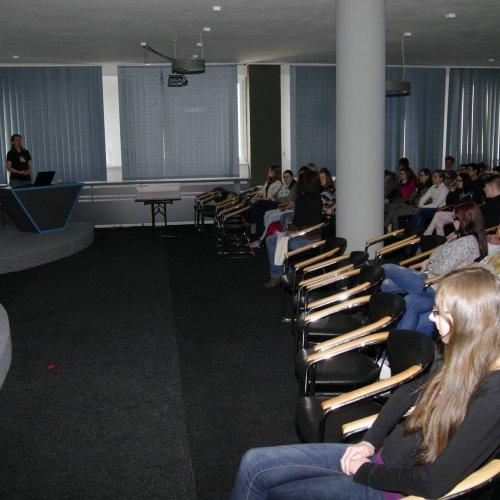 Žáci gymnaziálních tříd, I.SV a III.E na přednášce Gabriely Dobruské v aule školy.