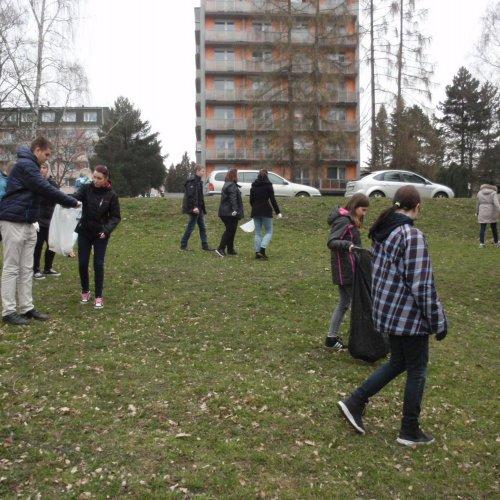 Úklid prostoru mezi Sázavskou ulicí a naší školou