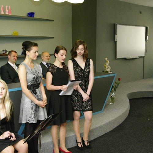 Rozloučení za studenty přednesly Veronika Kubátová (uprostřed trojice) a Kristýna Jiráčková (vpravo). Psychickou podporu jim poskytuje Lenka Vlášková (vlevo).