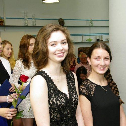 Kristýna i Veronika mají právo na nejširší úsměv - obě zvládly maturitní zkoušky s vyznamenáním.