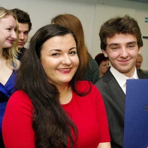 Šťastnými úsměvy však zářili i ostatní absolventi - např. Kateřina Sochorová (v červeném), Michal Svoboda (vpravo vedle ní) i Evina Urbanová (vlevo) a Pepa Velíšek (vzadu).