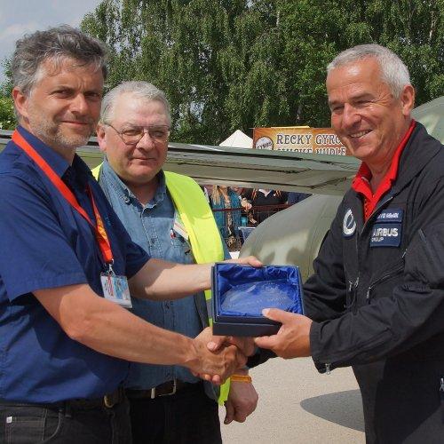 Petr Kolmann (vlevo) předává spolu s leteckým publicistou Zdeňkem Hurtem cenu Pardubického aviatika Geri Krähenbühlovi za nejlepší letovou ukázku