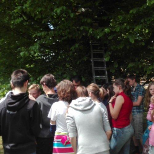 Skupina ze ZŠ Lánecká na dohled od zámku na konci své exkurze.