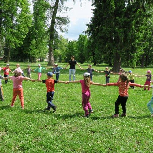 """Děti však nabírají nové síly velmi rychle, a tak zanedlouho už tančily """"vrabčí tanec"""" spolu s Lukášem Milichovským."""