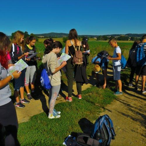 Pěší putování na Lipnici jsme si zpestřili několika nezáludnými úkoly, které nás zase o trochu dál posunuly v poznání spolužáků i okolní přírody.