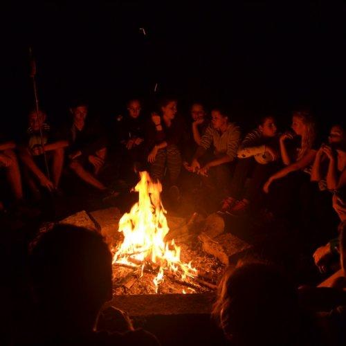 Večerní táborák byl jakousi třešinkou na adaptačním dortu.