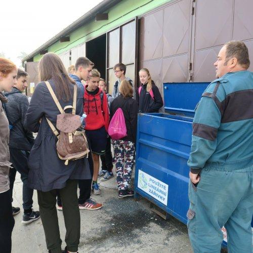 Provozní skládky a sběrného dvora pan Zdeněk Fikar nás provedl celým areálem a seznámil nás se sortimentem tříděných odpadů.