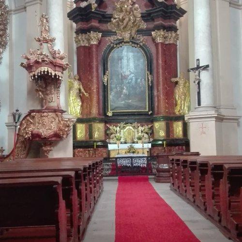 Oltář kostela Největější Trojice opravdu překypuje barokní nádherou.