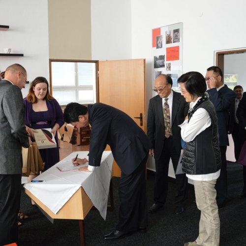 VIP hosté se zapisují při příchodu do pamětní knihy