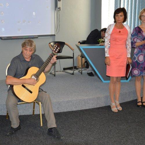 Jiří Vencovský ze ZUŠ Světlá nad Sázavou zahajuje klasickou kytarovou skladbou