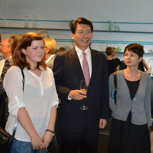 Vážený host - nový taiwanský ambasador Chung I. Wang předal jedno z ocenění žákyni Hedvice Matějíčkové