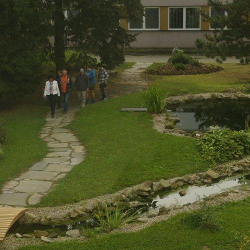 Přírodní zahrada lákala k procházce