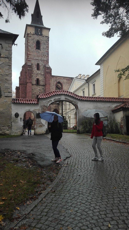 Do kláštera vstupujeme spolu sdeštěm..