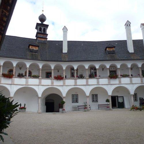 Nádvoří zámku je zatím bez turistů