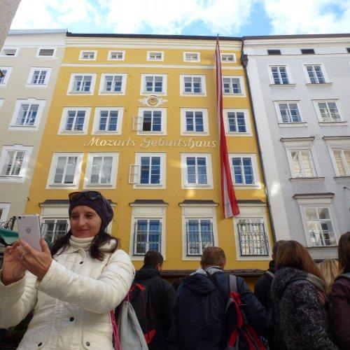 Před Mozartovým rodným domem…