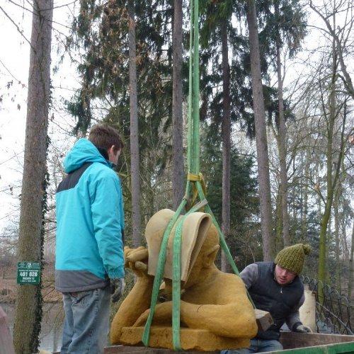 Nicolas Vrána a Martin Roháček uvazují sochu