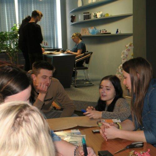Součástí programu bylo i několik skupinových aktivit. Na snímku skupina žáků III.G při řešení jednoho z úkolů konzultuje své nápady s lektorkou Leonou Helešicovou. V pozadí pracuje skupina ze IV.G.