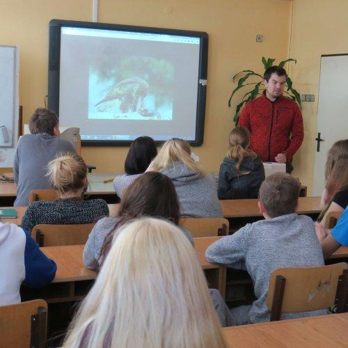 Žáci I. a II.G poslouchají vyprávění pana Zbyška Karafiáta ze Stanice Pavlov opéči ozimující ptactvo.