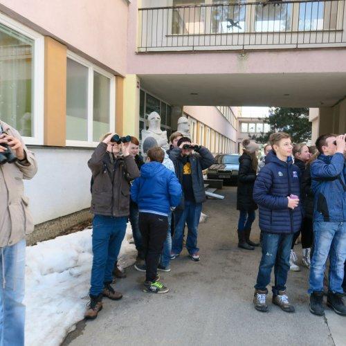"""Opeřence vtěsném okolí školy pozorovali také žáci 7.B ze ZŠ Lánecká spolu spanem učitelem Šafránkem. Tady právě """"číhali"""" na straku obecnou."""